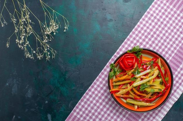 진한 파란색 배경에 상위 뷰 슬라이스 벨 고추 샐러드