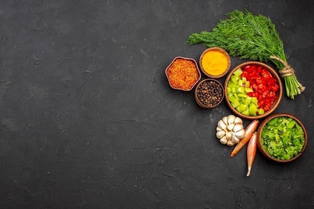 上面図スライスしたピーマン、グリーンと調味料、暗い表面の製品ミールフードサラダの健康