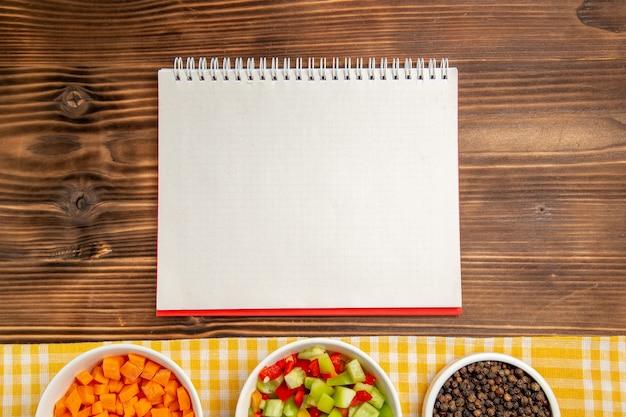 갈색 나무 테이블 야채 음식 건강 샐러드에 조미료와 상위 뷰 슬라이스 벨 고추