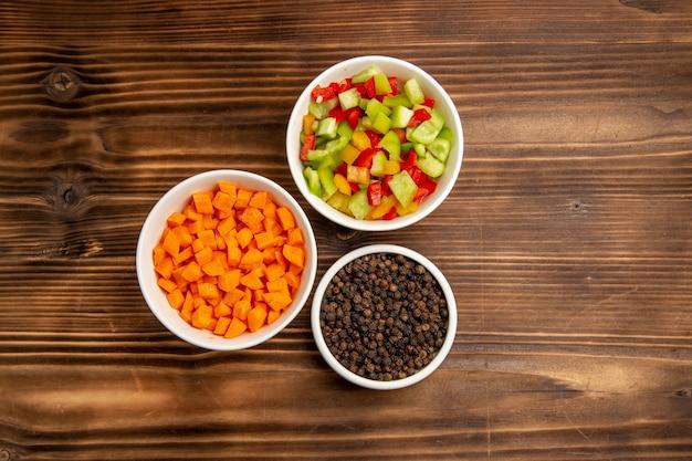 갈색 나무 테이블 야채 식사 건강 샐러드에 조미료와 함께 상위 뷰 슬라이스 벨 고추