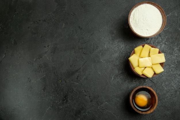 Вид сверху нарезанный сыр с мукой на сером фоне, тесто, сыроедение, выпечка