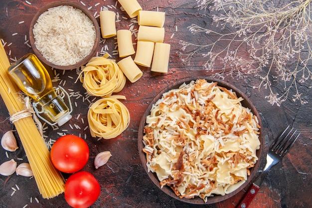 어두운 책상 파스타 접시 반죽 어두운에 쌀과 상위 뷰 슬라이스 요리 반죽