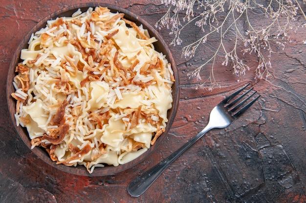 上面図暗い表面の食事パスタ皿生地にご飯とスライスした調理済み生地