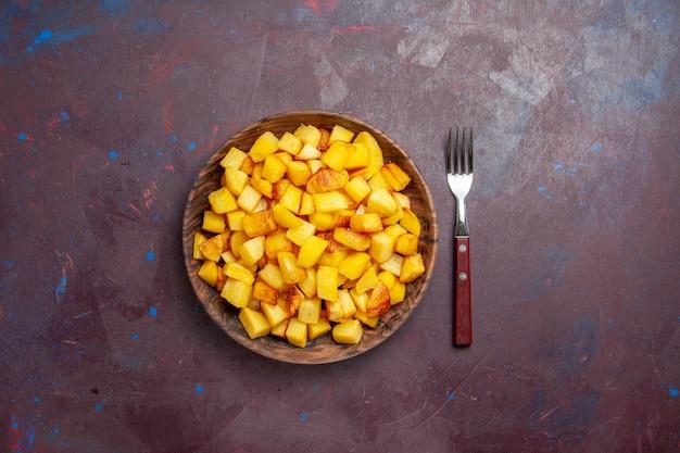 어둠에 접시 안에 요리 감자 슬라이스 상위 뷰