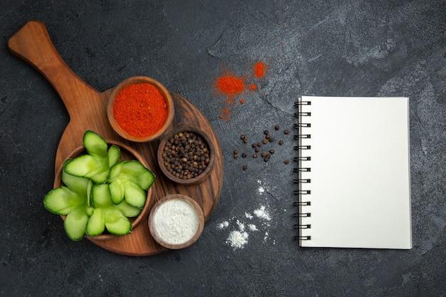 회색 배경 샐러드 건강 야채 식사 음식에 조미료와 상위 뷰 슬라이스 오이