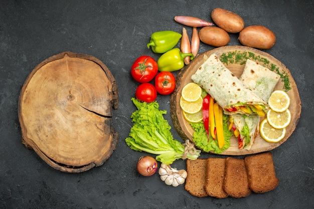 Vista dall'alto del delizioso sandwich di carne shaurma affettato con pane e verdure