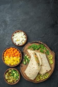 上面図スライスしたおいしいシャワルマサラダサンドイッチ灰色の表面の食事サラダハンバーガーフードサンドイッチ 無料写真