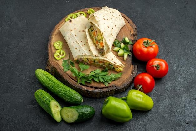 上面図スライスしたおいしいシャワルマサラダサンドイッチ、灰色の表面に新鮮な野菜ピタミールサラダハンバーガーサンドイッチ