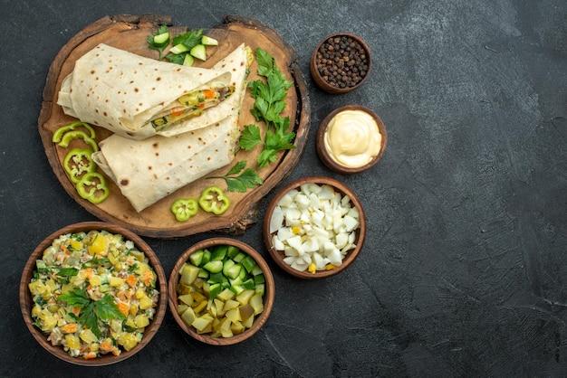 上面図スライスしたおいしいシャワルマサラダサンドイッチと野菜の灰色の表面ピタミールサラダサンドイッチバーガー
