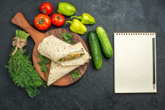上面図スライスしたおいしいシャワルマと新鮮な野菜の灰色の表面サラダハンバーガーサンドイッチミールフードスナック