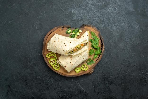 上面図スライスしたおいしいシャワルマと緑の灰色の表面サラダハンバーガーサンドイッチミールフード