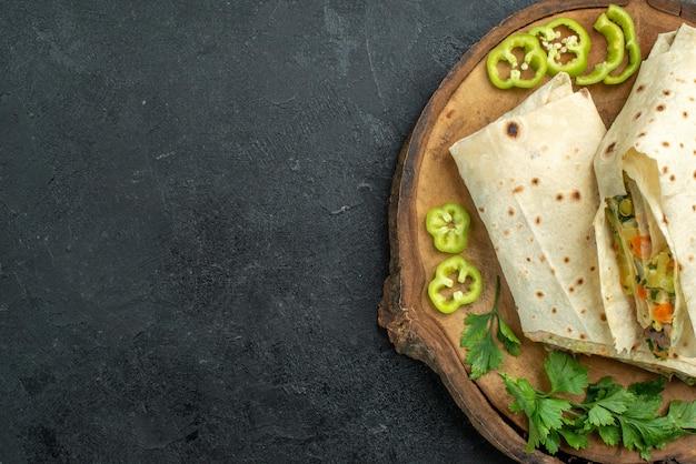 上面図スライスしたおいしいシャワルマとグリーンのダークグレーの表面サラダハンバーガーサンドイッチミールフード