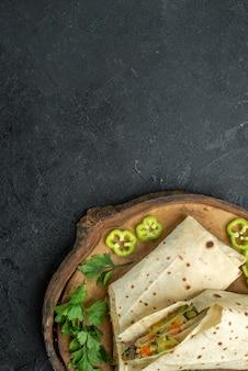 상위 뷰 회색 표면 식사 샐러드 햄버거 샌드위치 음식에 채소와 함께 맛있는 shaurma 슬라이스