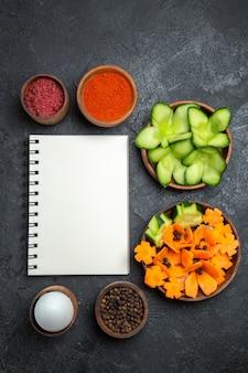 회색 배경 샐러드 건강 식품 다이어트 야채에 다른 조미료와 상위 뷰 슬라이스 디자인 된 샐러드