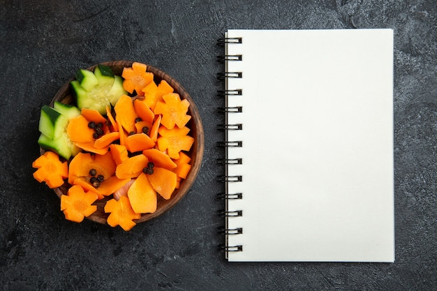회색 배경 샐러드 건강 다이어트 야채에 메모장으로 디자인 된 샐러드를 슬라이스 상위 뷰