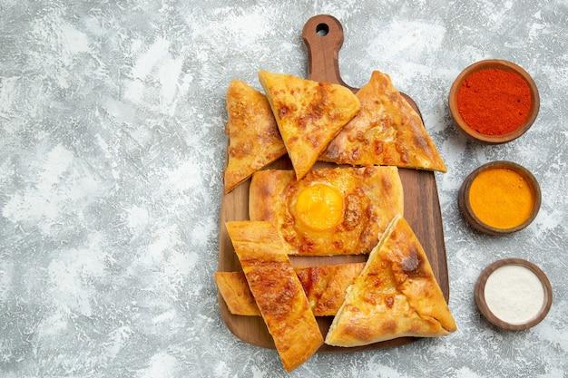 상위 뷰 슬라이스 계란 과자 구운 빵 흰색 배경에 과자 반죽 음식 식사 빵 롤빵