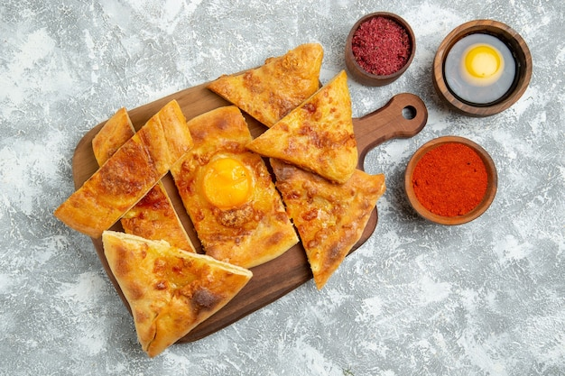 상위 뷰 얇게 썬 계란 생과자 흰색 바닥에 조미료와 함께 구운 빵 과자 반죽 음식 식사 빵 롤빵