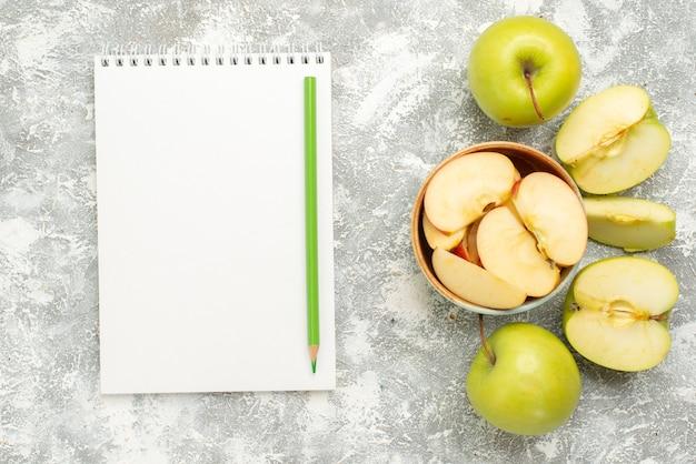 上面図白い背景の果物のまろやかな熟した新鮮なリンゴをスライス