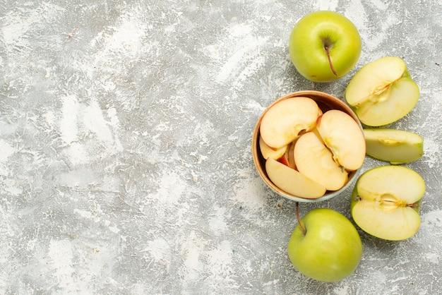 Vista dall'alto di mele fresche a fette su uno sfondo bianco frutta matura pastosa