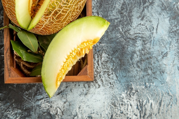 Vista dall'alto affettato melone fresco sul tavolo scuro-chiaro dolce frutta mellow estate