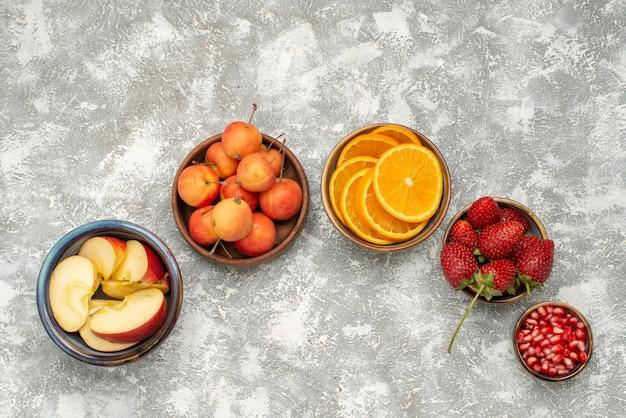밝은 배경 과일 신선한 부드러운 비타민 건강에 열매와 상위 뷰 슬라이스 과일 사과와 오렌지