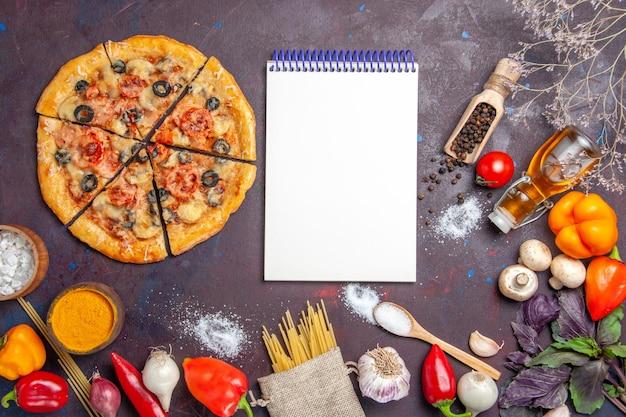 Vista dall'alto pizza a fette di funghi deliziosa pasta con verdure fresche sulla superficie scura pasta pasto cibo italiano cuocere
