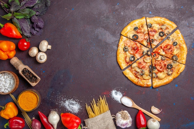 Vista dall'alto pizza a fette di funghi deliziosa pasta con verdure fresche su superficie scura pasto di pasta cibo italiano