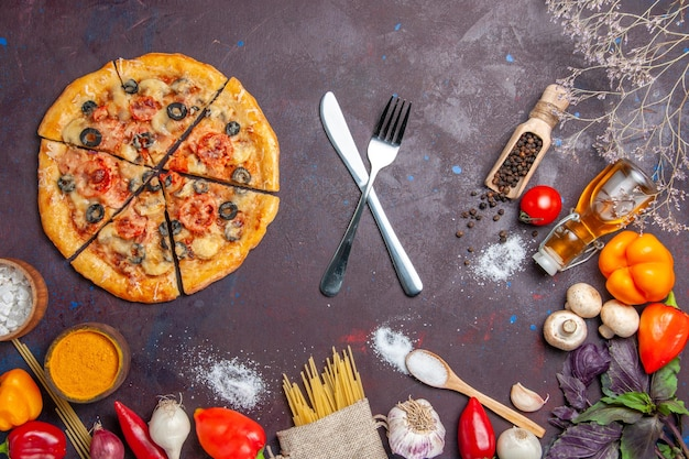 上面図スライスしたマッシュルームピザおいしい生地と新鮮な野菜を暗い机の上に生地の食事食品イタリアンベイク