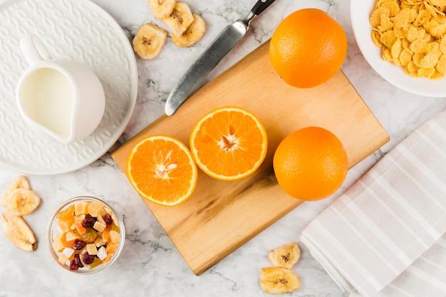 Vista dall'alto fette di arancia con yogurt e cornflakes