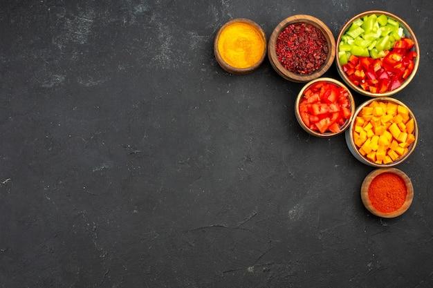 회색 배경 식사 샐러드 건강 야채 매운에 다른 조미료와 상위 뷰 슬라이스 고추