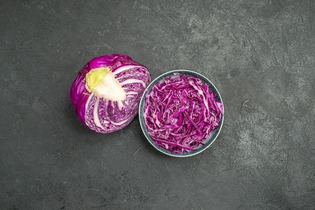 Vista dall'alto di cavolo rosso affettato su sfondo grigio insalata matura salute dieta