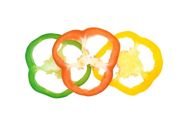 상위 뷰 흰색 절연 빨간색 노란색 녹색 후추를 슬라이스.