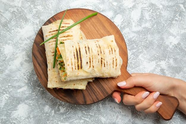 Vista dall'alto sandwich a fette con carne alla griglia su sfondo bianco cibo pasto panino hamburger