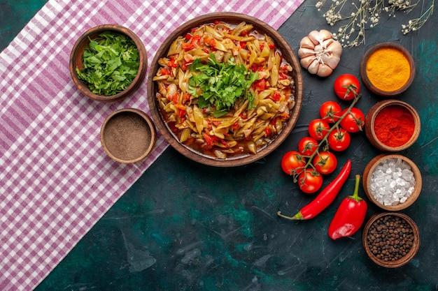 上面図スライス野菜の食事青い背景にさまざまな調味料と緑のおいしい豆の食事
