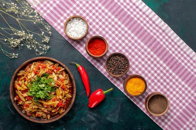 Vista dall'alto di verdure a fette pasto delizioso pasto di fagioli con diversi condimenti su sfondo blu