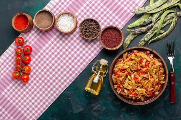 Вид сверху нарезанная овощная еда, вкусная еда из фасоли с разными приправами на синем фоне