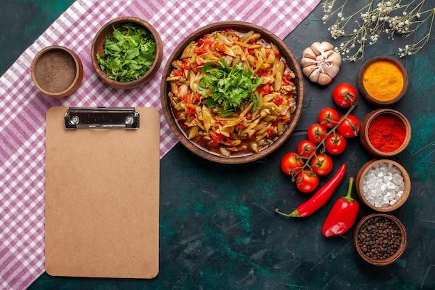 上面図スライスした野菜の食事オリーブオイルと青い背景の調味料とおいしい豆の食事