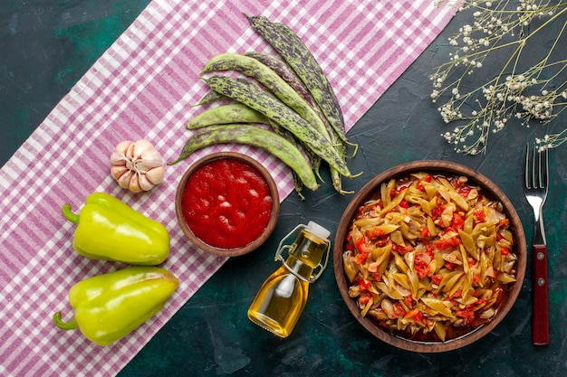 上面図スライスした野菜の食事青い背景にオリーブオイルとおいしい豆の食事
