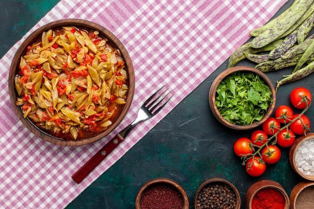上面図スライス野菜の食事青い背景に調味料とおいしい豆の食事