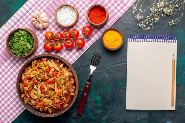 上面図スライス野菜の食事青い机の上の茶色の鍋の中に豆とおいしい食事