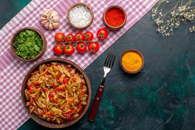 上面図スライスした野菜の食事青い背景の茶色の鍋の中に豆とおいしい食事