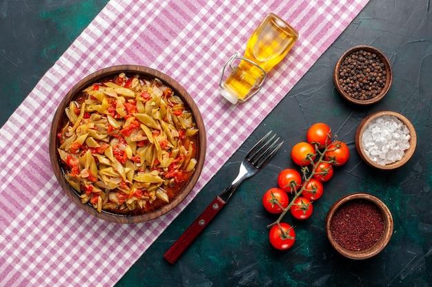 紺色の机の上にさまざまな材料を使った上面図スライス野菜ミール