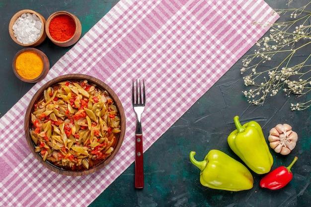 파란색 배경에 조미료와 상위 뷰 슬라이스 야채 식사