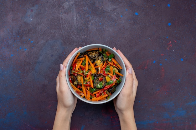 Вид сверху нарезанный овощной салат внутри тарелки на темном столе салат еда закуска овощ