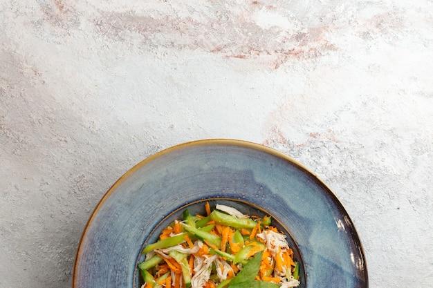 상위 뷰는 흰색 바탕에 접시 안에 야채 샐러드를 슬라이스