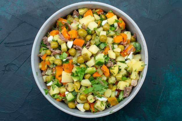 진한 파란색 책상 샐러드 야채 식사 간식 점심에 접시 안에 닭고기 조각으로 후추를 얹은 상위 뷰 슬라이스 야채 샐러드