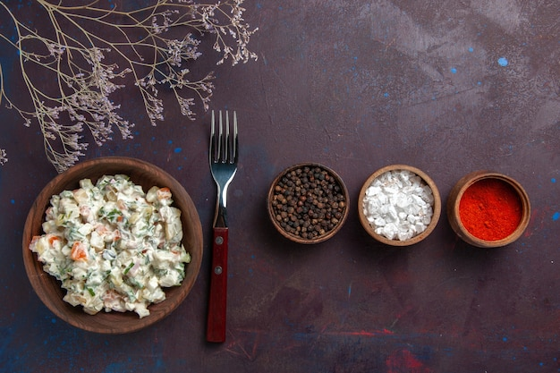 暗い背景の調味料と一緒にマヨネーズとチキンの上面スライス野菜サラダサラダ食事食品スナックランチ