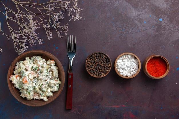 Vista dall'alto di insalata di verdure a fette con maionese e pollo insieme a condimenti su sfondo scuro insalata di cibo pasto spuntino pranzo