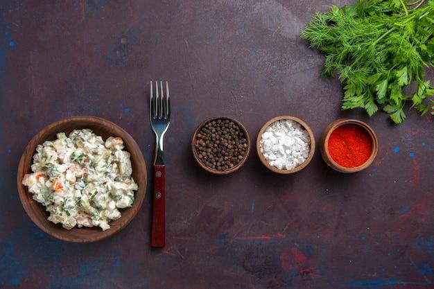 Vista dall'alto di insalata di verdure a fette con maionese e pollo insieme a condimenti sul pranzo di spuntino cibo pasto insalata di scrivania scura