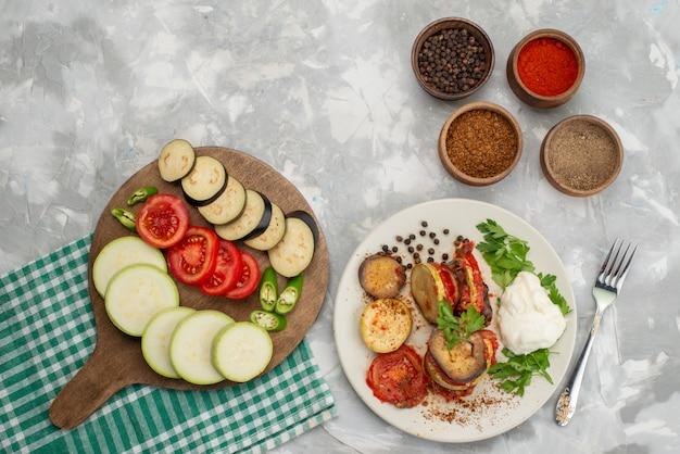 明るいデスク野菜色fod食事皿にナスとトマトなどの野菜を調理した平面図スライス野菜